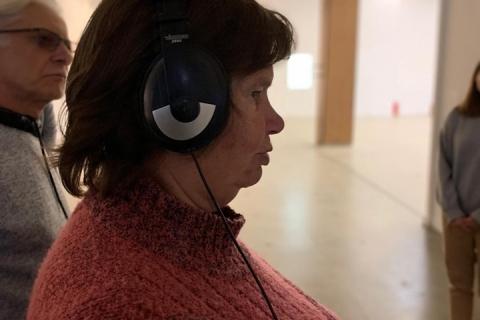 Mūsų narei uždėtos ausinės ir ji per jas klauso įvairius garsus ir bando suprasti kokie garsai tai yra.