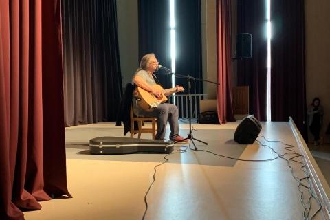Aleksandras Makejevas scenoje dainuoja ir groja gitara
