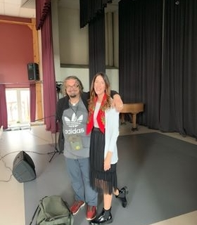 Nuotraukoje ant scenos Kristina Mačiutaitė kartu su atlikėju Aleksandru Makejevu.