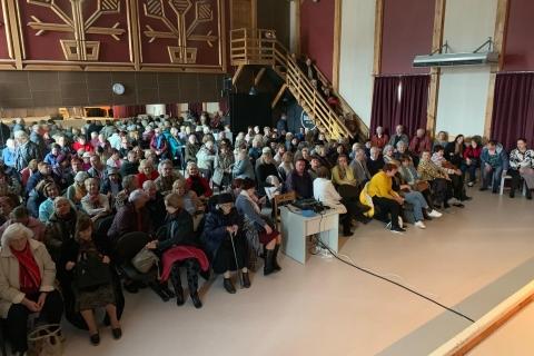 Salėjė susirinkę žmonės laukia koncerto