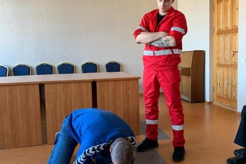 Studentas - paramedikas ir bendruomenės darymas mokosi daryti dirbtinį kvėpavimą.
