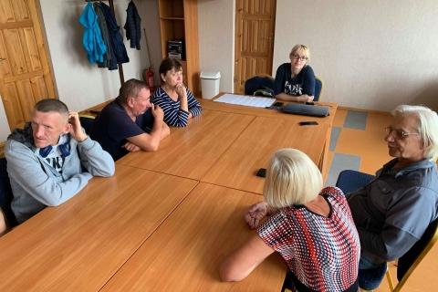 Projekto kordinatorė diskutuoja su projekto dalyviais