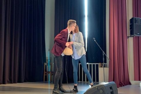 Kristina Mačiutaitė įteikinėja dovanas Gražvydui Sidiniauskui