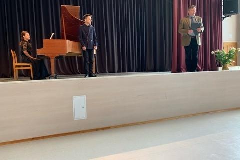Scenojo Tomas Ladinga pristatinėja studentus, kurie jau ruošiasi koncertuoti
