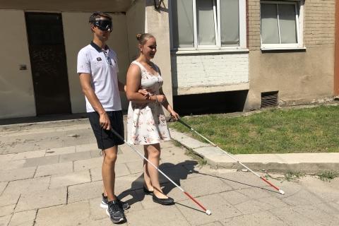 Oksana Dobravolskaja veda laikinąjį neregį