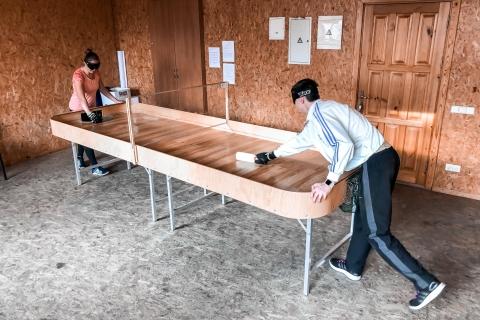 Aklųjų stalo teniso šoudauno treniruotė Du žaidėjai žaidžia vienas prieš kitą