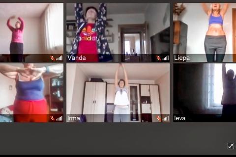 Sveikatingumo treniruotė kuri vyksta nuotoliniu būdu BlueJeans programėlėje Dalyviai matosi per telefonų ir kompiuterių vaizdo kameras