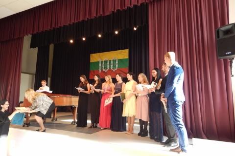 Apdovanojami koncerto dalyviai ir jų dėstytoja R. Novikaitė
