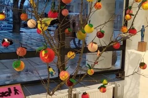 Obuolių medis su obuoliais iš vilnos