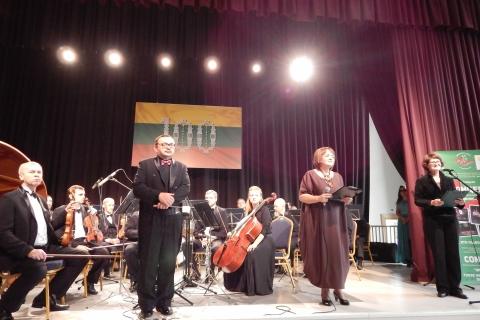 Orkestras, koncerto vedėjos ir pagrindinis dirigentas Bogdanas Močuradas