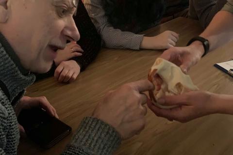 Bendruomenės nariai čiupinėja Bebro kaukolę