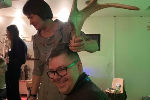 Simonas Kriaučiūnas pozuoja su gyvūno ragu